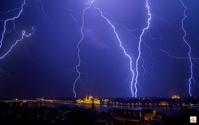 Csapkodtak a villámok Budapest fölött is szombat éjjel (klikk a képre a nagyobb verzióért!)