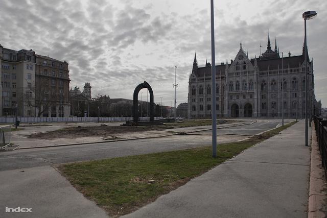 A fák nélküli tér a Károlyi-szobor eltávolítása előtti napokban