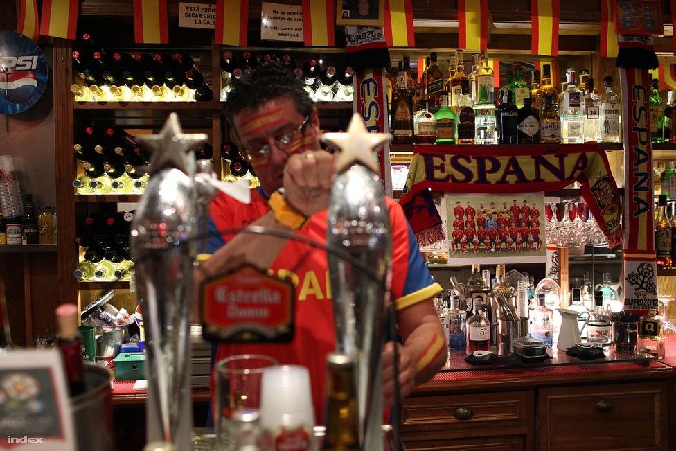 A címvédő spanyol válogatott Gdańskban kezdte el az Európa-bajnokságot, sok spanyol szurkoló előtt. Mindenki nem mehetett, Madridban sem maradtak üresek a kocsmák.