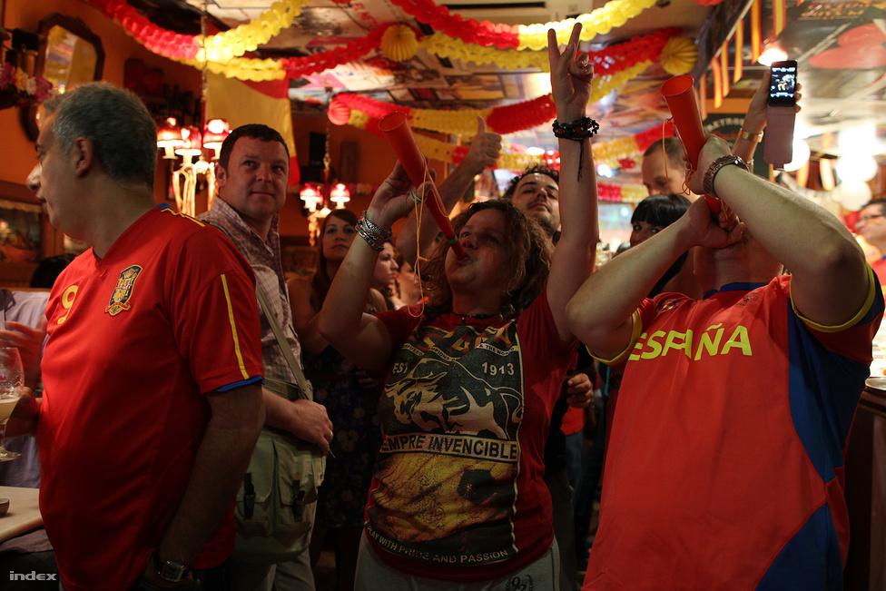 A negyedben egymást érik a bárok, mindegyik külön díszítést kapott a meccsre. A dohányosokat már igen, a dudásokat még nem tiltották ki a zárt helyekről.