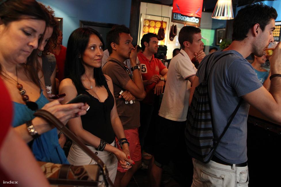 Férfiaknak sör, nőknek mobil.