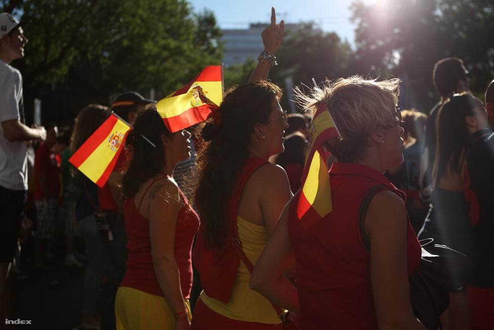 Spanyol nők spanyol nőkkel néznek meccset.