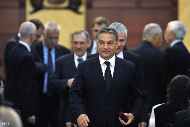 Orbán Viktor miniszterelnök érkezik az Ügyészség Napja alkalmából tartott ünnepségre a Legfőbb Ügyészség dísztermébe. Mögötte Pintér Sándor belügyminiszter és Polt Péter legfőbb ügyész.