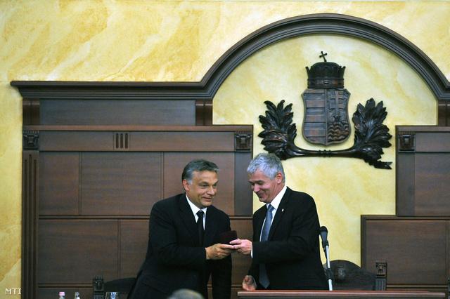 Orbán Viktor miniszterelnök emlékérmet kap Polt Péter legfőbb ügyésztől.