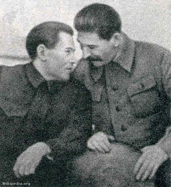 Nyikolaj Jezsov az NKVD akkori feje Sztálinnal. Jezsov  személyesen felügyelte Tuhacsevszkij  kihallgatását és kínzását.