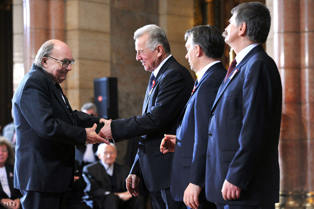 2012. március 14. Dr. Géher István átveszi a Magyar Érdemrend középkeresztje (polgári tagozat) kitüntetést a Parlament kupolacsarnokában