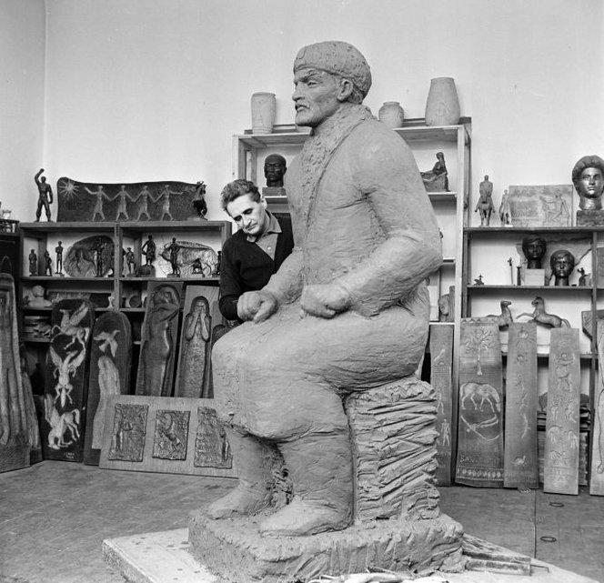 Készül a később szaró Leninként elhíresült szobor