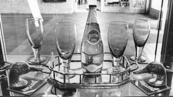 Hogyan vette rá a marketing a világot, hogy palackozott vizet igyon?