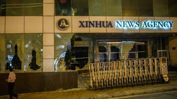 Megtámadták a kínai állami hírügynökség irodáját a hongkongi tüntetők