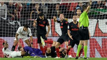 Óriási mentés: ráült a focilabdára a gólvonalon