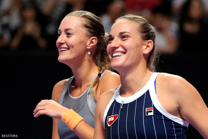 Kristina Mladenovic (balra) és Babos Tímea a döntő megnyerése után