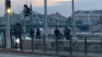 Valaki felmászott a Szabadság hídra, kivonult a katasztrófavédelem