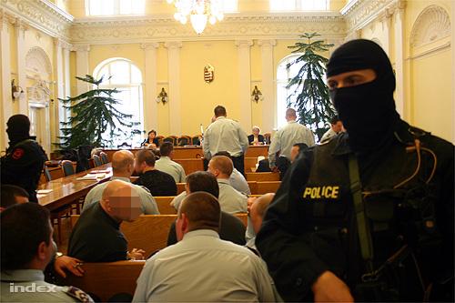 Tucatnyi kommandós vigyázta a rendet a kecskeméti maffiaper tárgyalásán 2006-ban