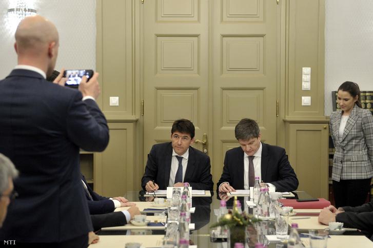 Bruno Even az Airbus Helicopters vezérigazgatója és Maróth Gáspár kormánybiztos egyezményt ír alá az Airbus Helicopters beruházásbejelentő sajtótájékoztatója előtt.