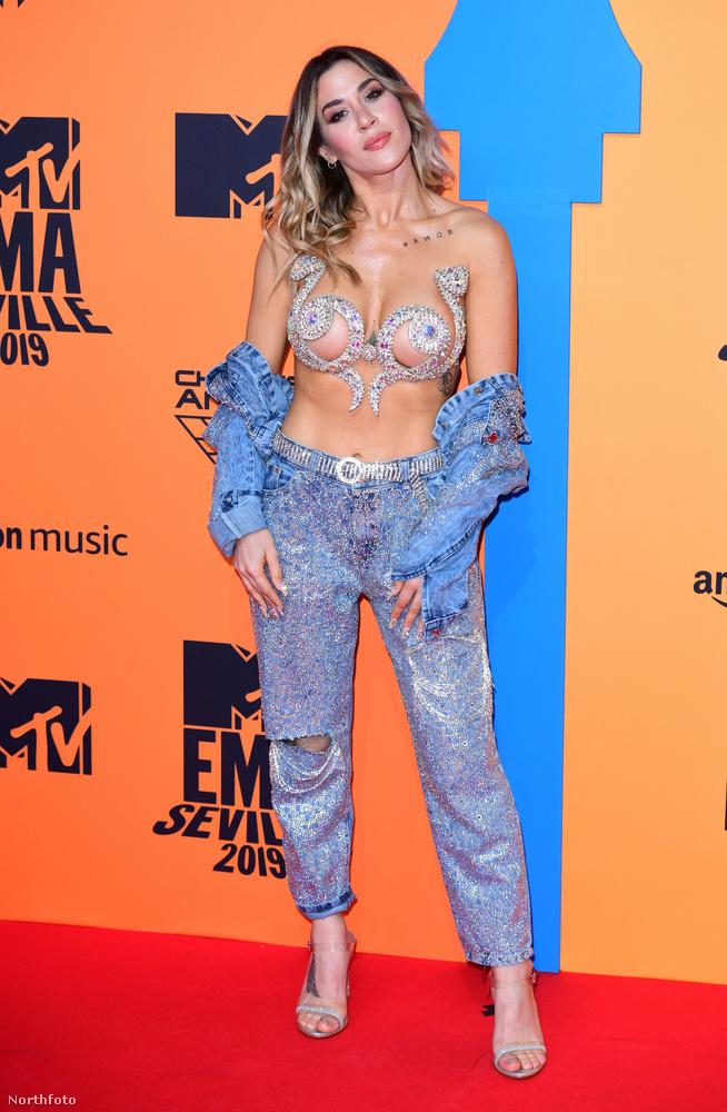Zárjuk sorainkat az általunk legfantáziadúsabbnak ítélt ruhában érkező J Mena, argentin színésznő-énekesnővel