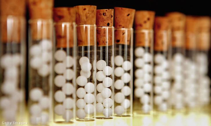 Homeopátiás gyógyszerkészítményeket tartalmazó fiolák