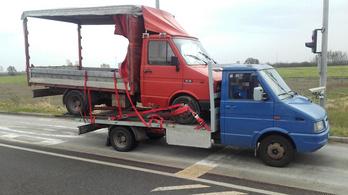 Kisteherautót legózott a kisteherautójára egy bolgár az M43-ason