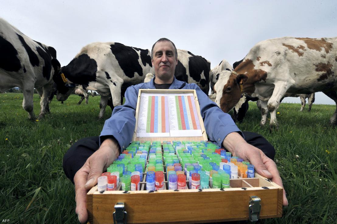 Francia tejtermelő mutatja a saját maga által készített 254 féle homeopátiás gyógyszert a Laqueuille központjában található gazdaságában