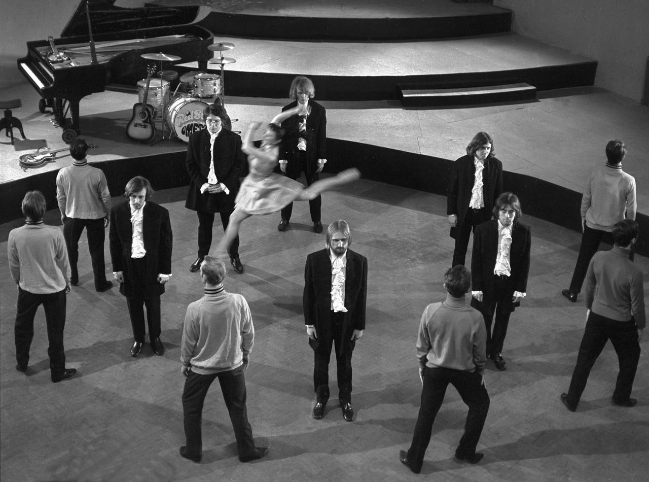Az Omega együttes a Tízezer lépés Show                         felvételén a Magyar Televízió stúdiójában, 1970-ben.