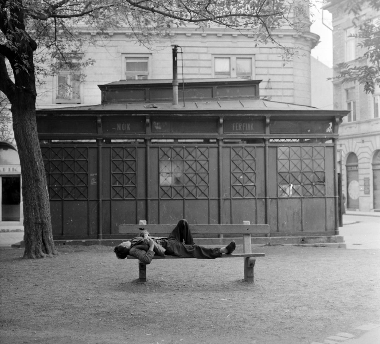 """Egy kis pihenés a budapesti Klauzál téren, 1964-ben. """"Miénk itt a tér, mert mi nőttünk itt fel / A ház is a miénk, mert mi viseljük el"""" – énekelte az LGT a Klauzál térről, ahol a Vili, a veréb is játszódik."""