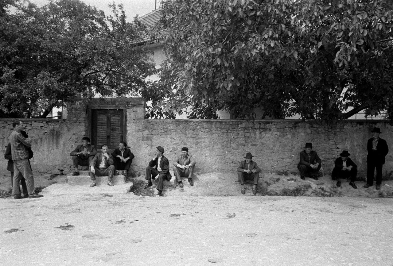 Férfiak várakoznak a Borsod-Abaúj-Zemplén megyei Kisgyőrön, 1967-ben, amikor a falut nagyrészt az ipari nagyvárosok, Ózd és Miskolc gyáraiba bejáró munkások lakják.