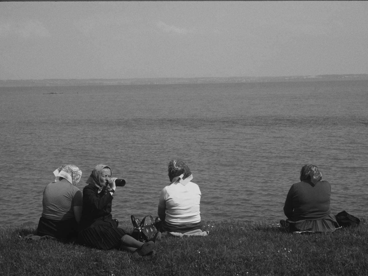 Asszonyok a Balaton partján, termelőszövetkezeti kirándulás, 1964.