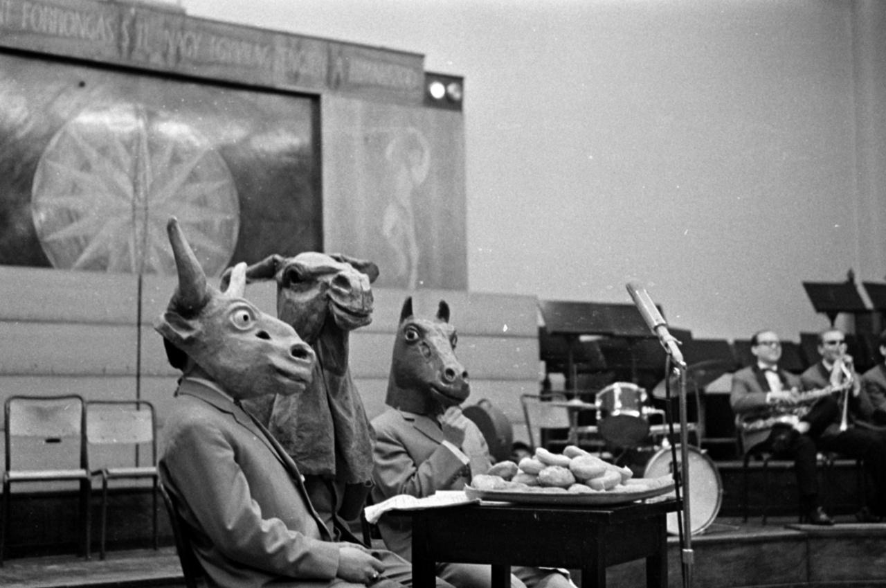 A Magyar Rádió 6-os stúdiója az Álarc nem kötelező című nyilvános farsangi műsor felvételekor, 1964.