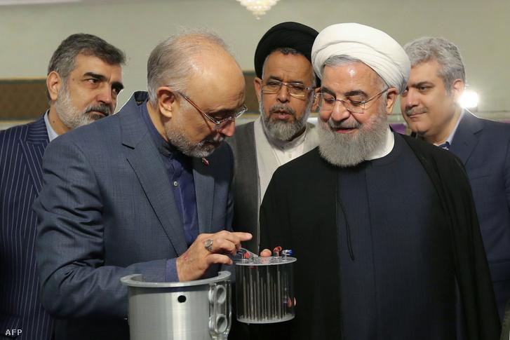 Ali Akbar Szálehi, az Iráni Atomenergia-ügynökség (AEOI) vezetője és Hasszán Rohani Irán elnöke