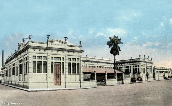 Képeslap, mely a kubai Santiagóban található Bacardi-gyárat ábrázolja, 1928.