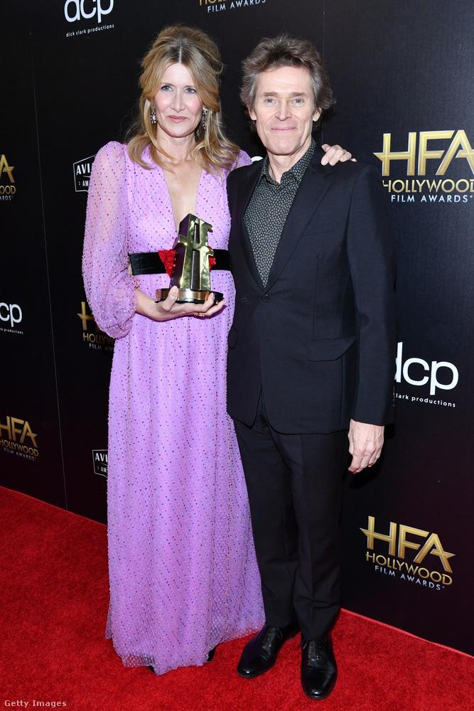 Laura Dern a díjával a kezében pózolt egyet Willem Defoe-val is.