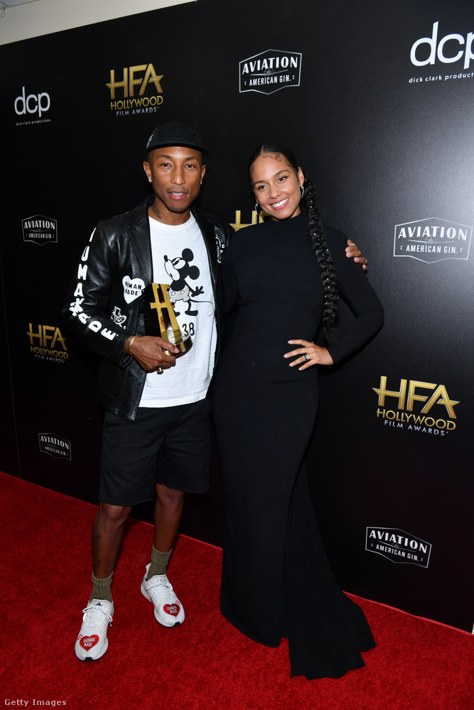 Pharrel Williams rövidnadrágban volt, Alicia Keys ruhája meg olyan fekete, hogy alig lehet kivenni a körvonalait a szintén fekete fotófal előtt.