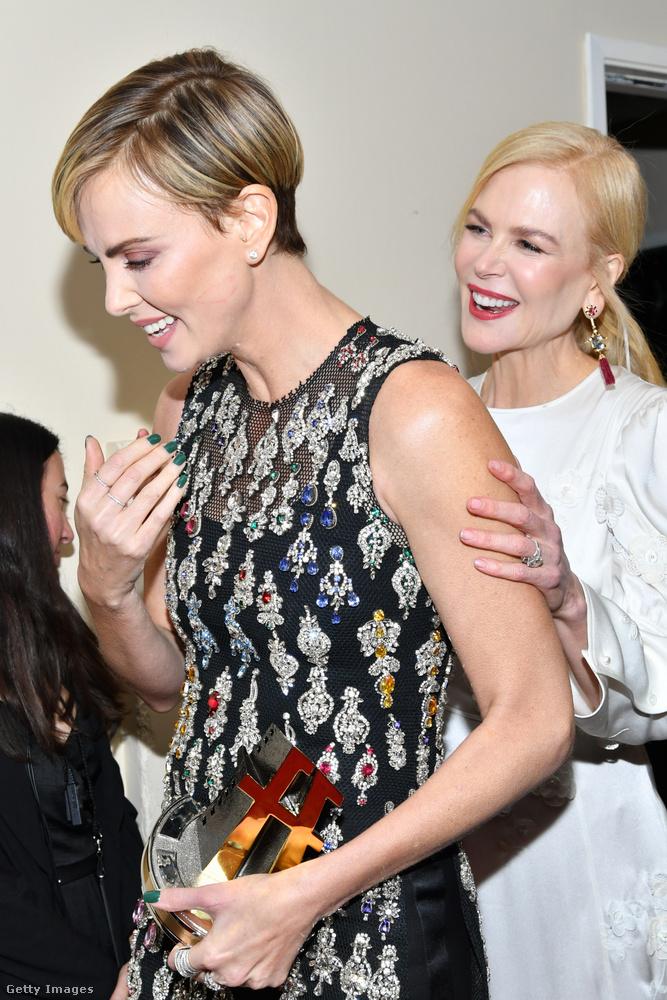 Természetesen két Oscar-nyertesről van szó, Charlize Theronról és Nicole Kidmanről.