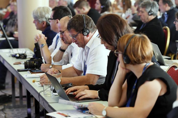 Résztvevők a Magyar Köztisztviselők Közalkalmazottak és Közszolgálati Dolgozók Szakszervezetének (MKKSZ) a Független Szakszervezetek Európai Szövetsége (CESI) magyarországi partnerének Védjük meg Európában a közszférát! című budapesti önkormányzati munkaügyi kerekasztal-beszélgetésén a Danubius Hotel Flamencóban 2019. október 25-én.