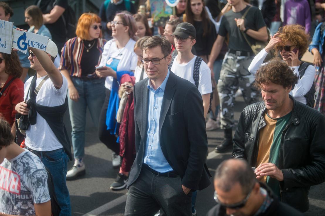 Karácsony Gergely a harmadik globális klímasztrájkhoz kapcsolódó budapesti tüntetésen a Lánchídon 2019. szeptember 27-én. A tüntetést a Fridays For Future Magyarország mozgalom szervezte.