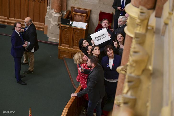 MSZP-s, DK-s és párbeszédes képviselők elfoglalták az elnöki pulpitushoz vezető lépcsőt, hogy így akadályozzák meg az Országgyűlés plenáris ülésének megnyitását és a túlóratörvény elfogadását 2018. december 12-én.