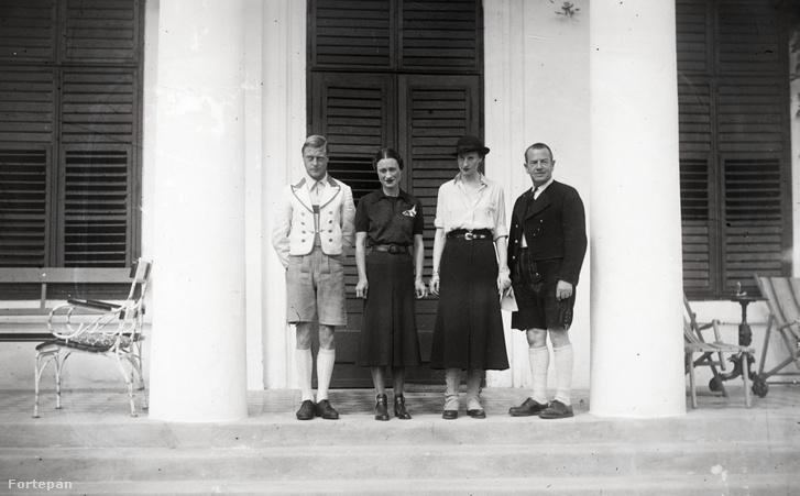 Edward rövid uralkodása után, 1937-ben ismét Magyarországra látogatott. Ezen a nemrég előkerült fotón a borsodivánkai Prónay-kastély előtt áll feleségével (a bal oldali pár) és kíséretével.