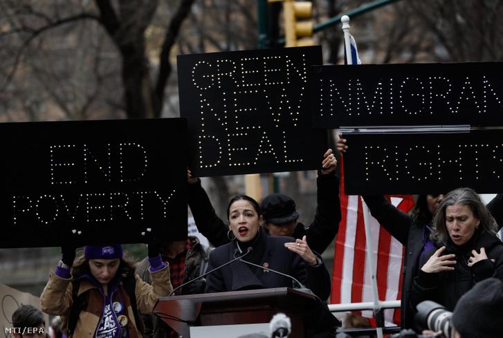 Alexandria Ocasio-Cortez demokrata párti kongresszusi képviselő beszédet mond egy jeltolmács mellett a nők jogaiért és Donald Trump amerikai elnök politikája ellen Nők Menete (Women's March) elnevezéssel szervezett tiltakozáson New Yorkban 2019. január 19-én