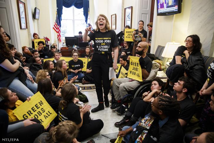 Aktivisták határozottabb lépéseket követelnek a klímaváltozás ellen Nancy Pelosi az amerikai Demokrata Párt képviselőházi frakcióvezetőjének hivatalában a törvényhozás washingtoni épületében 2018. november 13-án
