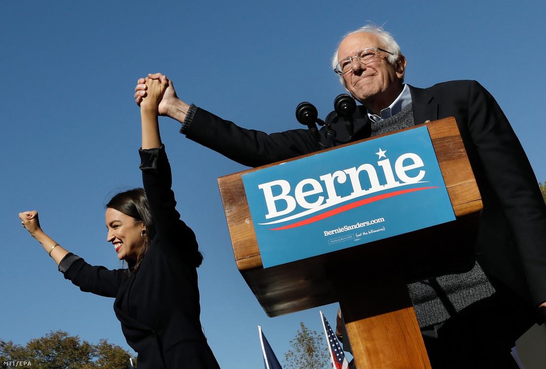 A 2020-as amerikai elnökválasztásra készülő Bernie Sanders Alexandria Ocasio-Cortez képviselővel a New York-i Queensbridge Parkban tartott kampánybeszédén 2019. október 19-én. A 78 éves szenátor rendezvényén több mint 25 ezren vettek részt. Sanders aki 18 másik politikus mellett pályázik a Demokrata Párt elnökjelölti posztjára a harmadik helyen áll Joe Biden volt alelnök és Elizabeth Warren massachusettsi szenátor mögött.