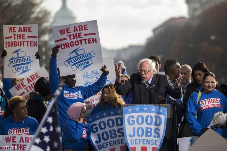 Bernie Sanders Donald Trump megválasztott republikánus amerikai elnöknek címzett beszédet mond támogatói körében a munkahelyteremtésért és a munkavállalók jogaiért tartott tüntetésen Washingtonban 2016. december 7-én