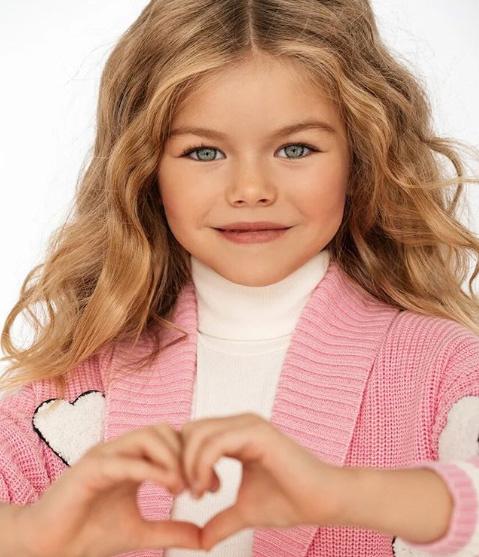 Alina angyali arcával, szőke loknijaival és világoszöld szemeivel mindenkit elkápráztat. A kislány nemcsak szép, de a környezete szerint aranyos, bájos és igen kedves.