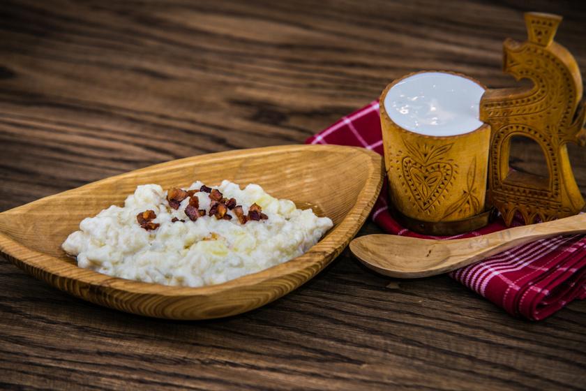Míg a brindzás galuskát eredetileg juhtúróval és szalonnával bolondítják meg, addig egyes családoknál túróval eszik, és cukorral ízesítik. A sztrapacska ugyanaz a krumplis-lisztes tészta, mint amiből a brindzás galuska készül, csak ebben az esetben dinsztelt, savanyított káposztával, esetleg egy kis szalonnával tálalják.