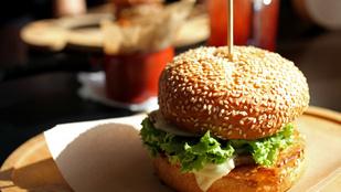 Édes zsömlében az igazi: kecskesajtos-hagymalekváros burger