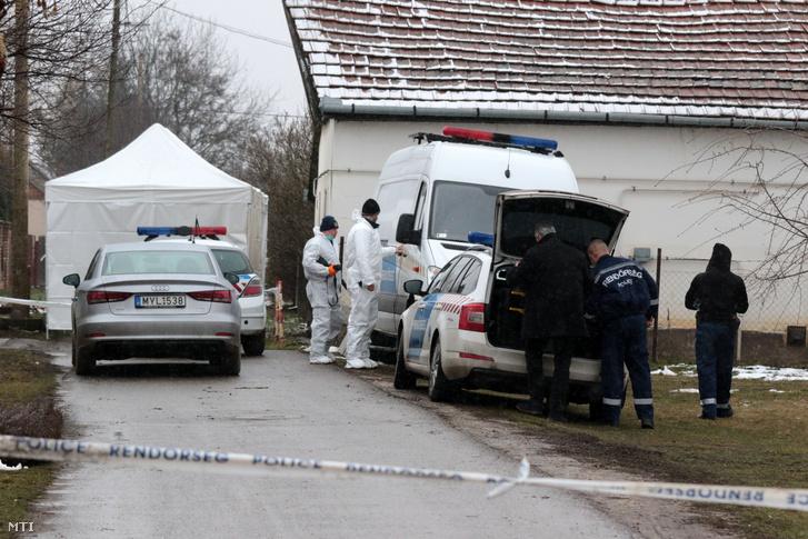 Helyszínelők dolgoznak 2018. február 23-án Rákóczifalván, ahol holtan találtak két férfit otthonaikban.