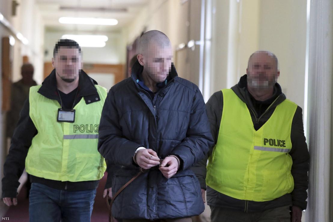 A rákóczifalvi kettős gyilkossággal gyanúsított 25 éves férfit kísérik az előzetes letartóztatásáról döntő tárgyalásra a Szolnoki Törvényszék épületében 2018. február 26-án.