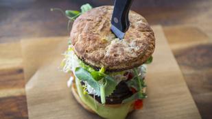 Vega változatban is finom: zöldségfasírtos burger fokhagymás-citromos majonézzel