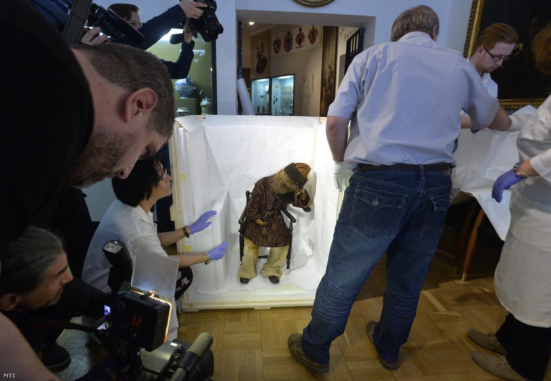 Arányi Lajos orvos torokgyíkban (diftériában) elhunyt, néhány esztendős kisfiának százötven éves múmiáját becsomagolják a Semmelweis Orvostörténeti Múzeum munkatársai, hogy átszállítsák a Magyar Természettudományi Múzeumba 2015. április 10-én.