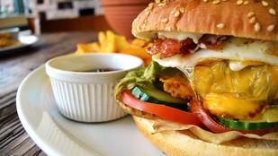Nyugi, finom lesz: reggeli vega burger tükörtojással, rösztivel és franciasalátával