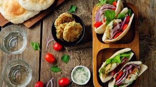 Erre mondj nemet, ha tudsz: falafelburger céklás hummusszal és fűszeres joghurttal