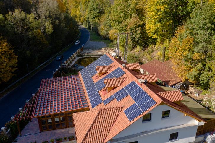 Tetőn az AEG napelemek - télen is megfelelő mennyiségű áramot termelnek.